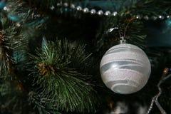 Años Nuevos de decoraciones del árbol Foto de archivo