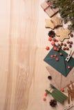 Años Nuevos de decoraciones rústicas en fondo de madera con las galletas, el árbol de abeto, el presente y los juguetes Espacio d Foto de archivo