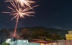 Años Nuevos de Eve Fireworks en Panajachel Guatemala Imagenes de archivo