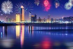 Años Nuevos de exhibición de los fuegos artificiales en Abu Dhabi Foto de archivo