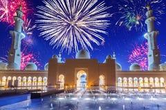 Años Nuevos de exhibición de los fuegos artificiales en Abu Dhabi Imágenes de archivo libres de regalías