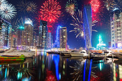 Años Nuevos de exhibición de los fuegos artificiales en Dubai Imagen de archivo
