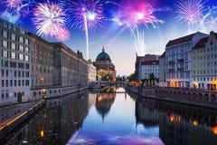 Años Nuevos de exhibición del fuego artificial en Berlín Foto de archivo