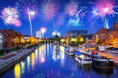 Años Nuevos de exhibición del fuego artificial en la ciudad de Bydgoszcz sobre el río de Brda Foto de archivo libre de regalías