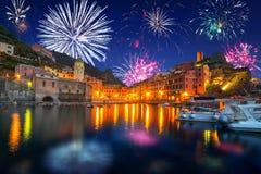 Años Nuevos de exhibición del fuego artificial en la ciudad de Vernazza Imagen de archivo libre de regalías