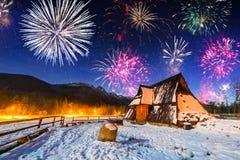 Años Nuevos de exhibición del fuego artificial en las montañas de Tatra Imagen de archivo