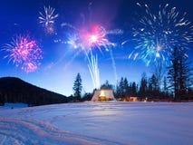 Años Nuevos de exhibición del fuego artificial en las montañas de Tatra Foto de archivo libre de regalías