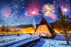 Años Nuevos de exhibición del fuego artificial en las montañas de Tatra Imagen de archivo libre de regalías