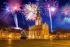 Años Nuevos de exhibición del fuego artificial sobre la plaza del mercado en Chelmno Foto de archivo libre de regalías