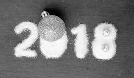 Años Nuevos de fondo con la bola de la Navidad del brillo y números nevosos Fotos de archivo libres de regalías