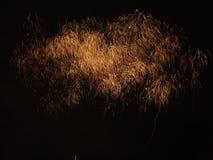 Años Nuevos de fuegos artificiales en cielo oscuro Fotografía de archivo libre de regalías