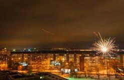 Años Nuevos de fuegos artificiales sobre la ciudad de Kazán Imagenes de archivo