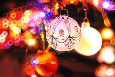 Años Nuevos de juguetes en blanco del árbol de navidad Imagen de archivo