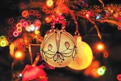 Años Nuevos de juguetes en el árbol de navidad Foto de archivo