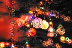 Años Nuevos de juguetes en el árbol de navidad todos Imagenes de archivo
