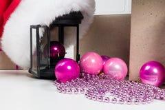 Años Nuevos de juguetes y un casquillo rojo con una linterna, una postal por el Año Nuevo Imagen de archivo libre de regalías