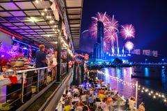 Años Nuevos de la noche de celebración Tailandia de los fuegos artificiales Foto de archivo libre de regalías