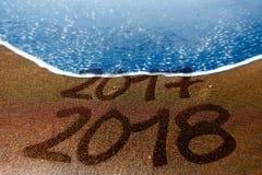 2017 Años Nuevos de la playa de 2018 arenas están viniendo Imágenes de archivo libres de regalías