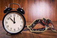 Años Nuevos de máscara y reloj Fotos de archivo libres de regalías