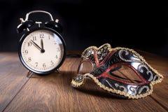 Años Nuevos de máscara y reloj Imagen de archivo libre de regalías
