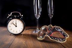 Años Nuevos de máscara y reloj Imagen de archivo