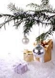 Años Nuevos de plata de bola con los regalos sobre nieve Foto de archivo libre de regalías