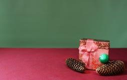 Años Nuevos de regalo con los conos del pino Fotografía de archivo