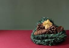 Años Nuevos de regalo en un arbusto del pino Foto de archivo