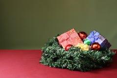 Años Nuevos de regalos y decoraciones en un arbusto del pino Fotografía de archivo libre de regalías