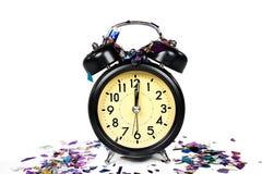 Años Nuevos de reloj retro con confeti Imágenes de archivo libres de regalías