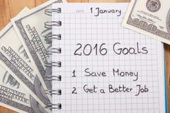 Años Nuevos de resoluciones escritas en cuaderno y dólar de las monedas Imagen de archivo