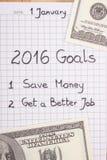 Años Nuevos de resoluciones escritas en cuaderno y dólar de las monedas Fotos de archivo
