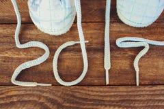 2017 Años Nuevos escritos cordones de los zapatos de los niños Foto de archivo libre de regalías