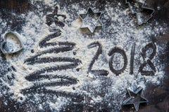 2018 Años Nuevos escritos en harina en el fondo de madera Fotos de archivo libres de regalías