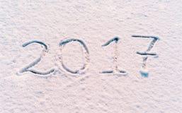 2017 Años Nuevos escritos en harina en el fondo de madera Foto de archivo