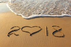2018 Años Nuevos escritos en la playa arenosa Imagenes de archivo