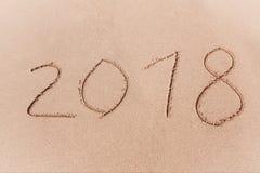 2018 Años Nuevos escritos en la playa de la arena Imagen de archivo libre de regalías