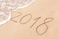 2018 Años Nuevos escritos en la playa de la arena Foto de archivo