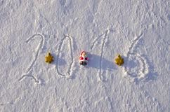 2016 Años Nuevos escritos en nieve del invierno y juguetes de la Navidad Imagen de archivo libre de regalías