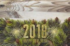2018 Años Nuevos feliz con los fuegos artificiales en oro Imagen de archivo