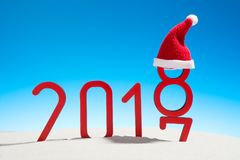 Años Nuevos festivos de playa tropical soleada del concepto con la fecha cambiante 2017 - 2018 en rojo y espacio de la copia en u Imagen de archivo libre de regalías