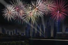 Años Nuevos festivos fantásticos de fuegos artificiales coloridos en paisaje urbano abajo Foto de archivo