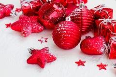 Años Nuevos rojos de bolas y estrellas Foto de archivo libre de regalías