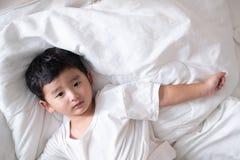 3 años poco enfermo o muchacho asiático de la enfermedad en casa en la cama, Imagenes de archivo