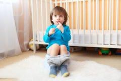 2 años preciosos de muchacho que se sienta en el potty Imagen de archivo libre de regalías