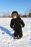 2 años preciosos de niño con la pala en invierno Fotografía de archivo libre de regalías