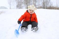 2 años preciosos de niño con la pala en invierno Imagenes de archivo