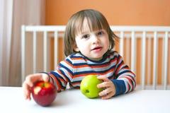 2 años preciosos de niño con las manzanas Fotografía de archivo libre de regalías