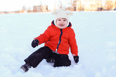2 años preciosos de niño en chaqueta anaranjada que camina en invierno Imágenes de archivo libres de regalías