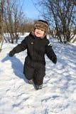 2 años preciosos de niño que corre en invierno Foto de archivo